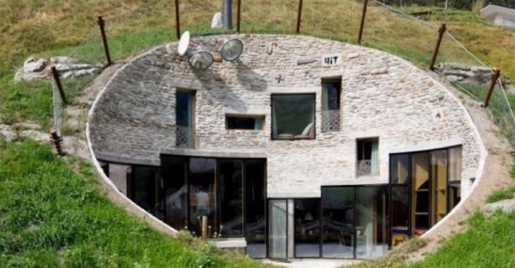 Cette maison construite directement dans la montagne est surprenante, mais c'est l'intérieur qui nous étonne le plus