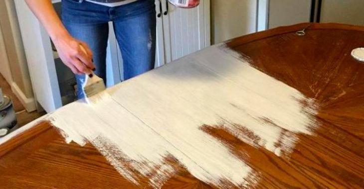 Avec un peu de sablage et quelques coups de pinceau, elle redonne une deuxième vie à cette table.