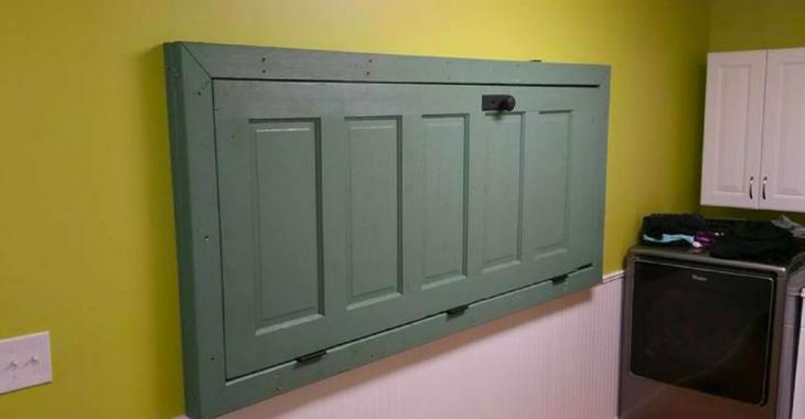 En accrochant une porte de travers sur son mur, elle invente un outil indispensable dans la salle de lavage.