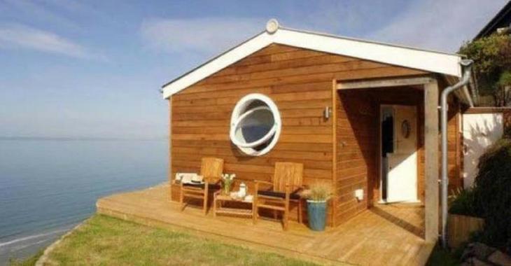 Cette petite maison est aménagée avec perfection, mais c'est la vue du salon qui vole la vedette!