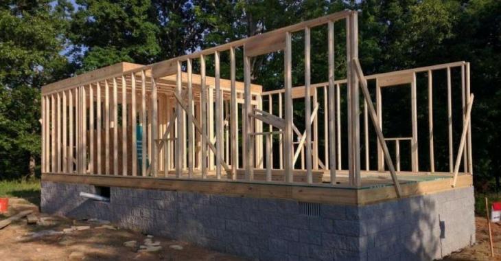 N'ayant pas les moyens de s'acheter une maison, il s'en construit une avec des tutoriels YouTube.