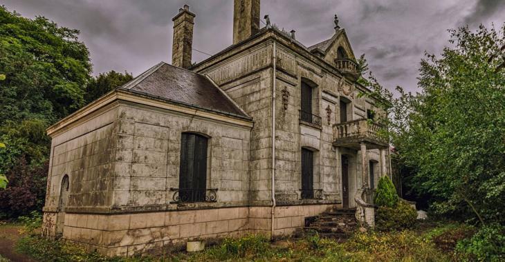 Un photographe tombe sur une maison abandonnée dans le sud de la France, l'intérieur lui réserve toute une surprise.