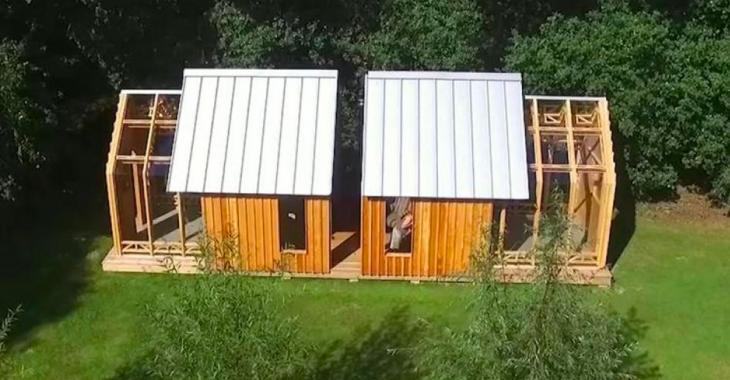 Cette petite maison se sépare en deux et c'est ce qui fait toute sa magie, admirez l'effet une fois ouvert au complet!