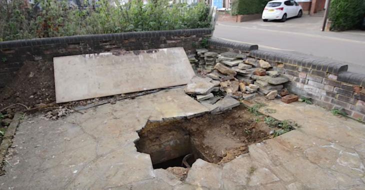 Un homme découvre qu'un trou s'est formé dans son entrée de maison et que c'est une entrée secrète.