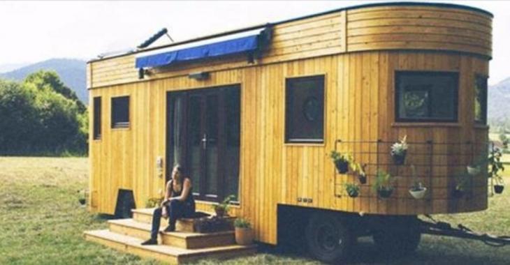 Cette mini-maison construite à la base d'un wagon offre un luxe surprenant.