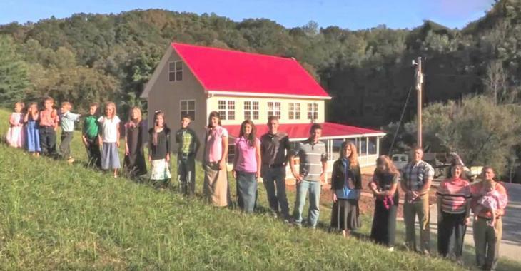 Une famille de 20 habite dans cette maison, jetez un coup d'oeil à l'intérieur pour découvrir comment ils font