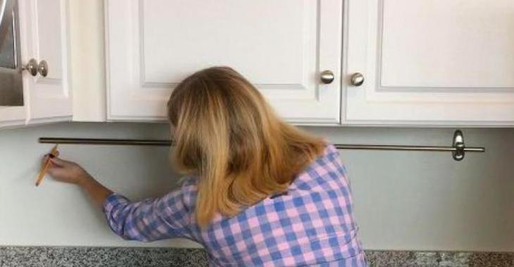 En ajoutant une tringle à rideaux sur son mur de cuisine, elle libère son comptoir pour moins de 10$