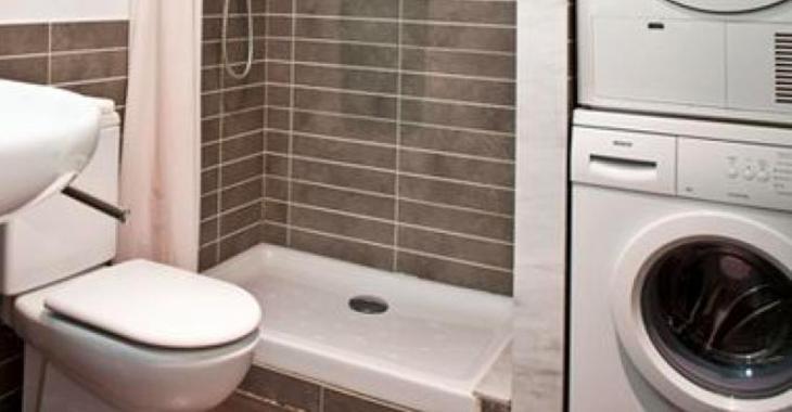 Elle manque d'espace dans sa salle de bain pour y mettre sa machine à laver, puis elle a cette brillante idée.