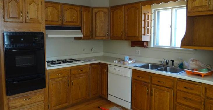 Un couple achète une maison avec une vieille cuisine affreuse, admirez comment ils l'ont transformé.