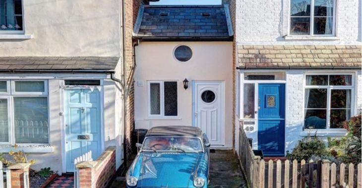 Cette maison ne fait que 2.5 mètres de large mais son prix de vente est quand même démentiel.