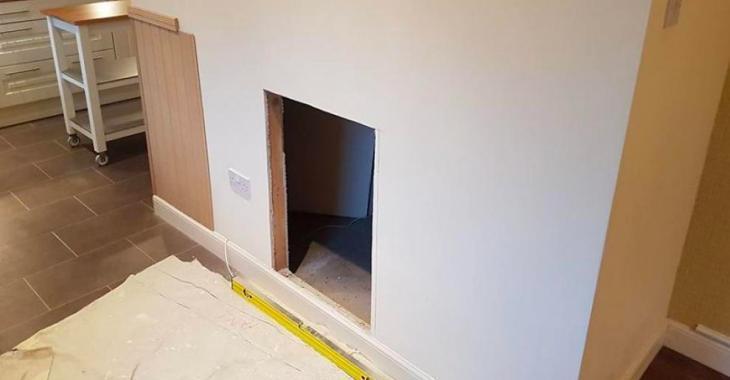 Un couple fait un trou dans un mur et construit une pièce réservée pour leur chien