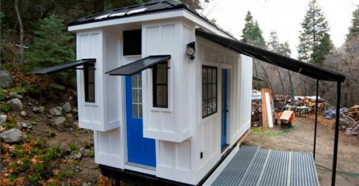 Un couple se construit une coquette petite maison dans la forêt, l'intérieur est étonnant.