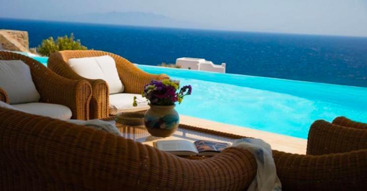 Un couple de philanthropes vend un immense manoir de luxe en Grèce pour seulement 60 dollars.
