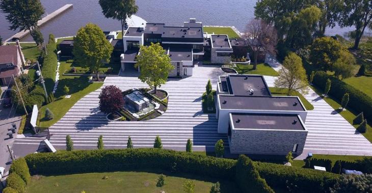 Cette magnifique maison à vendre pour 8.9 millions est au Québec, la plus grosse surprise est le garage.