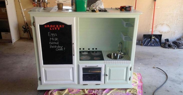 Un papa fabrique une mini-cuisine pour son fils de 2 ans, mais les commentaires des gens lui brisent le coeur.