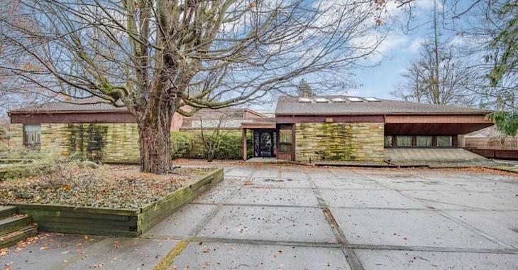 Un agent immobilier doit vendre cette maison, or toute une surprise l'attend à l'intérieur.