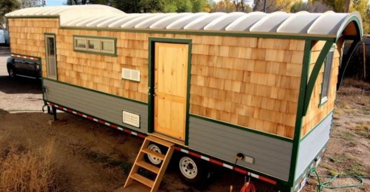 Cette maisonnette a été construite sur une remorque et le petit espace surélevé vole la vedette.