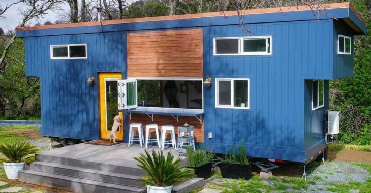 Cette petite maison semble minuscule mais c'est étonnant de savoir qu'elle a deux niveaux!