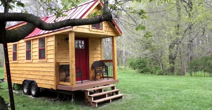 À 18 ans, lui et sa copine se construisent une maison pour vivre une vie sans hypothèque.