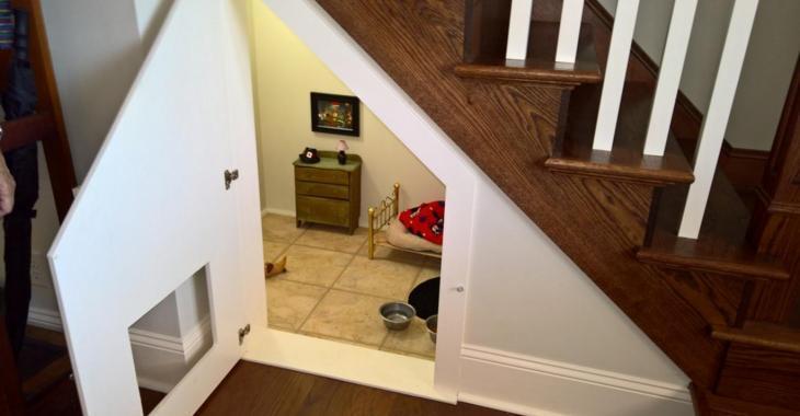 Une femme fait un trou sous ses escaliers et construit une pièce de rêve pour son chien