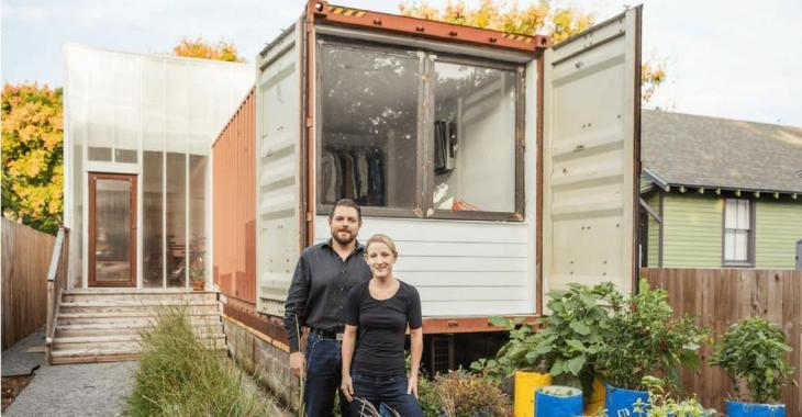Un couple fabrique une maison unique avec des conteneurs d'expédition.