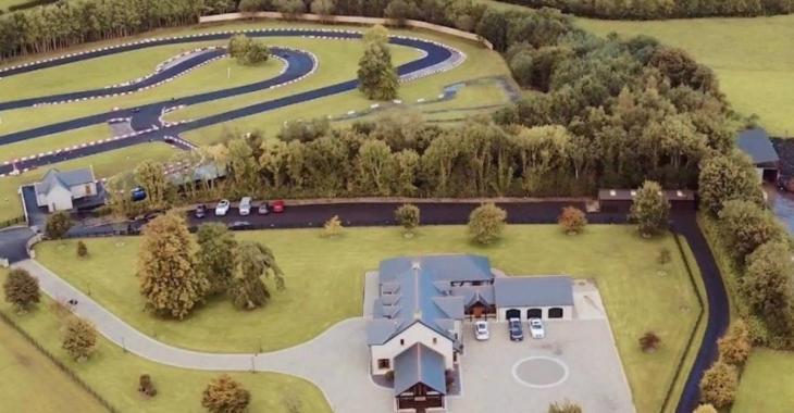 Cette maison a sa propre piste de karting et il y a de quoi en être jaloux!