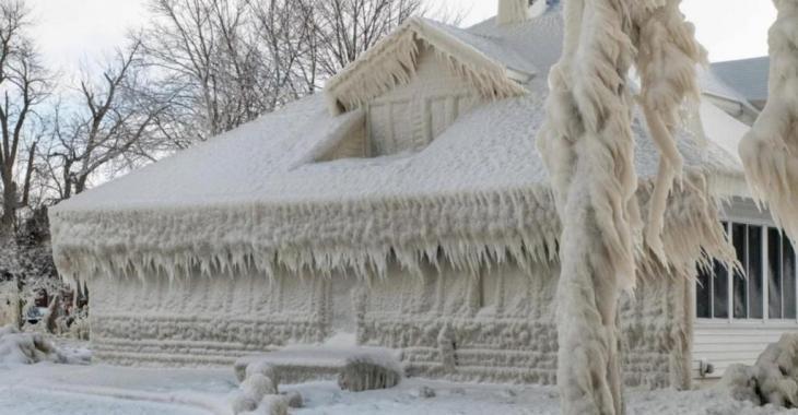 La température glaciale a transformé cette maison en gigantesque sculpture de glace