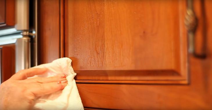 La meilleure solution pour nettoyer les portes d'armoires graisseuses se trouve déjà dans votre maison!
