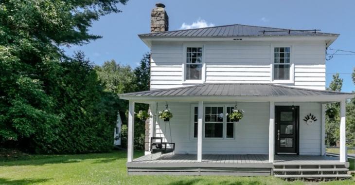 L'extérieur de cette maison de 1942 semble banal car c'est l'intérieur qui vole la vedette!